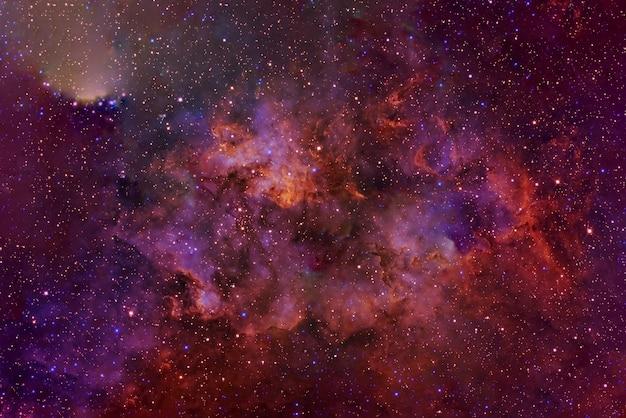 深宇宙の美しい赤い星雲。この画像の要素はnasaによって提供されました。あらゆる目的のために。