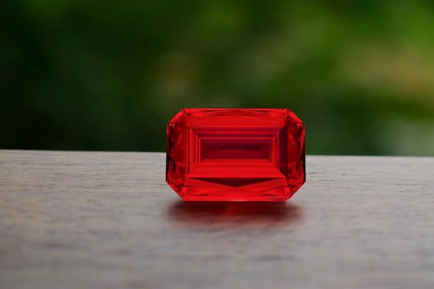 Красивый красный рубин на естественном фоне
