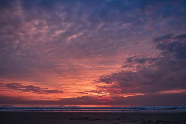 Красивый красный закат и море. концепция отдыха и релаксации