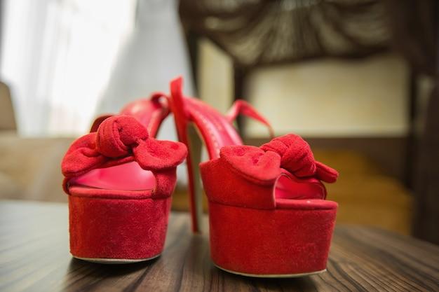 신부의 아름다운 빨간 결혼식 신발.