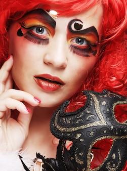 マスクを持つ美しいredhair女性。