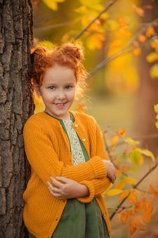 不均一な珍しい歯を持つ美しい赤毛の女の子