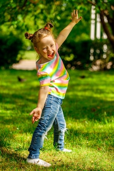 공원에서 포즈를 취하는 아름 다운 빨간 머리 소녀