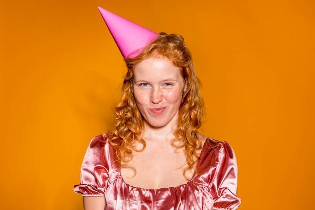그녀의 생일에 파티 아름 다운 빨간 머리 여자