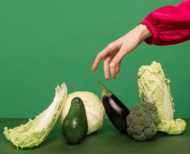 Красивый рыжий женский портрет с овощами