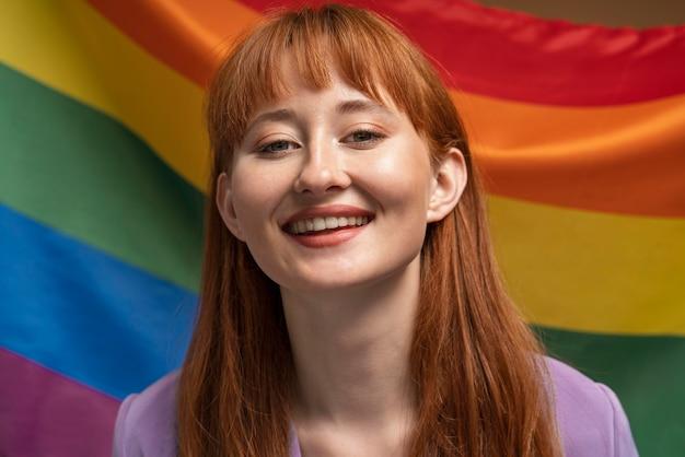 Bella donna rossa il giorno dell'orgoglio