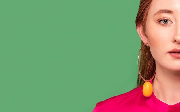 Красивая рыжая женщина в фруктовых серьгах