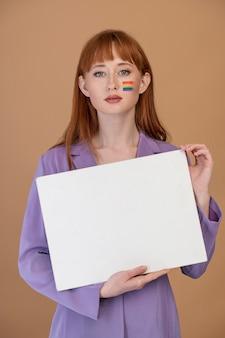 虹のシンボルを持つ美しい赤毛の女性