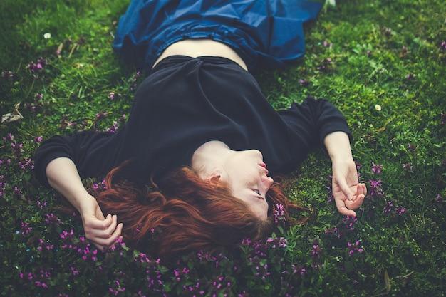 아름 다운 빨간 머리 젊은 여성 야외 초상화