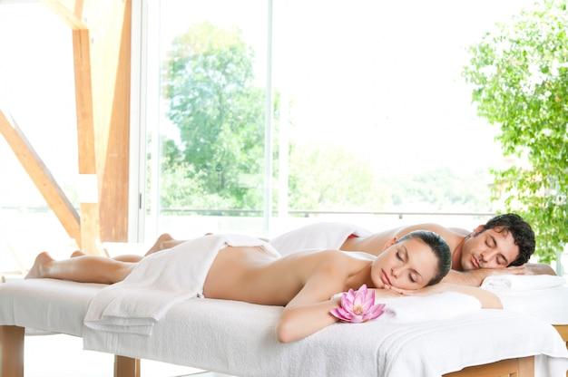 Красивая расслабленная пара наслаждается покоем после косметической процедуры