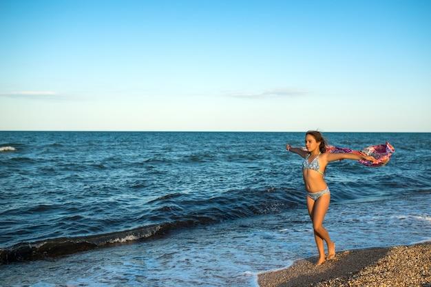 Красивая расслабленная женщина отдыхает на пляже
