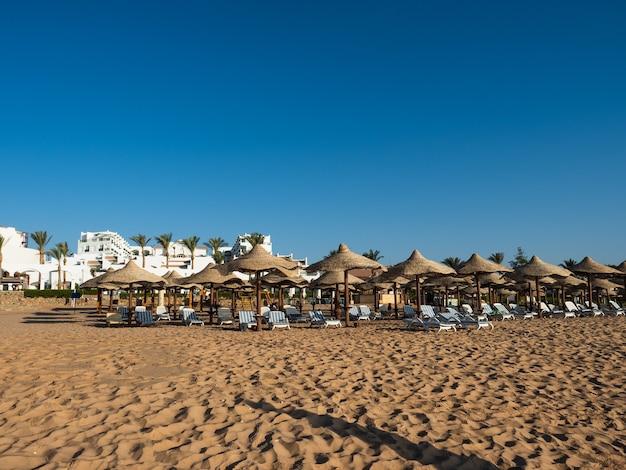 Красивый курорт на берегу моря.