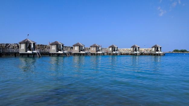 물 위의 해변과 고급 빌라가있는 아름다운 리조트