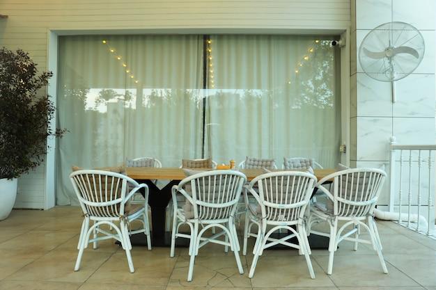 8 인용 테이블이있는 아름다운 레스토랑 테라스