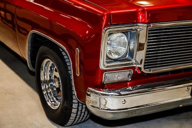 붉은 색의 아름다운 복고풍 자동차. 확대