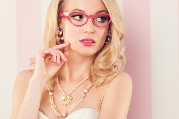 Bella retro donna in occhiali da vista di gatto
