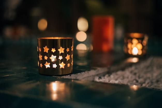 Красивый павильон riad с бассейном, освещенный свечами и лампами в ночное время