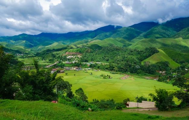 美しい田んぼの風景と谷の村。