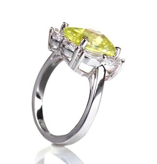Красивое кольцо с зеленым камнем, изолированным на белом