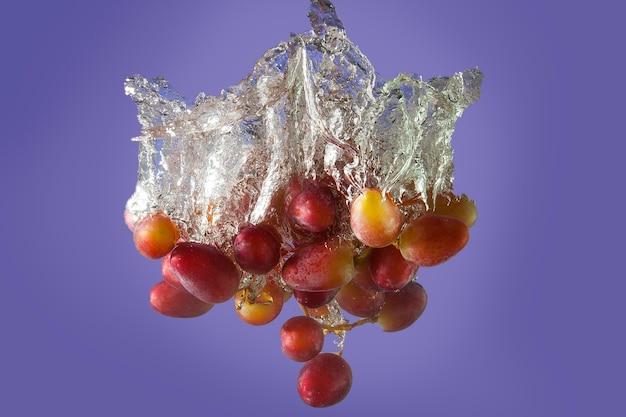 Красивые спелые ягоды в воде в пузырьках воздуха