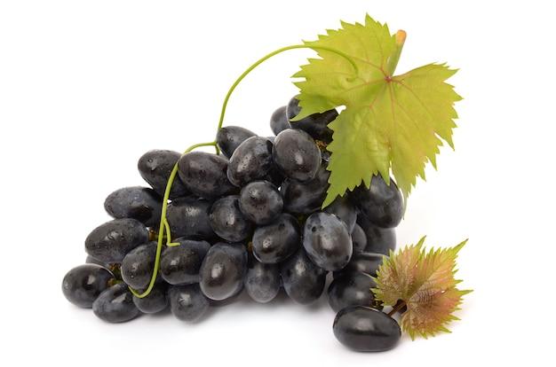 Красивый спелый виноград с листьями на белом фоне