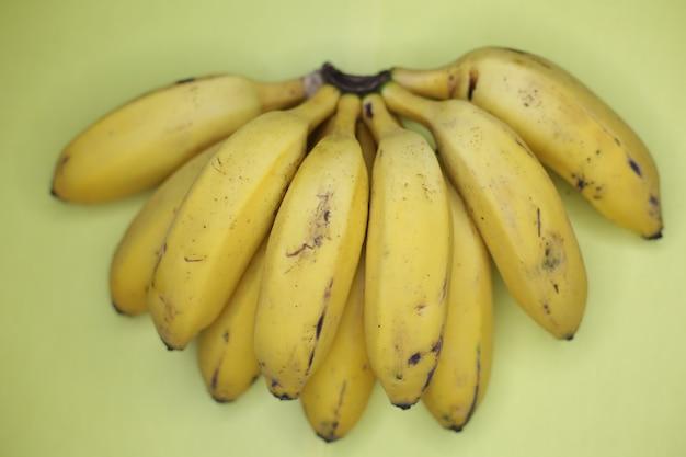 아름 다운 익은 노란색 바나나 무리