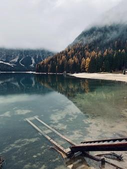 Красивая река и потрясающие горы