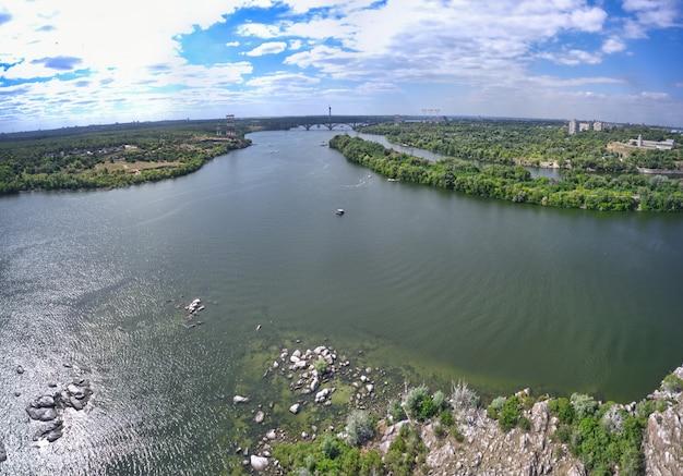 아름다운 강은 도시의 푸르고 신선한 초목으로 둘러싸여 있습니다.