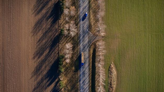 フィールドの上面図を通る美しい道路