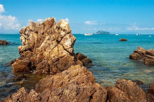 Красивая скала, торчащая из бирюзового моря