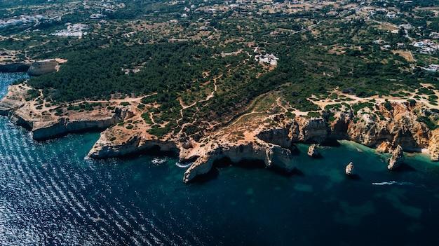アルガルヴェの美しい岩と崖のビーチ