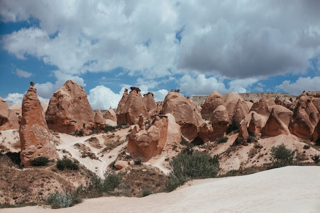 Красивые скалы в гереме каппадокия