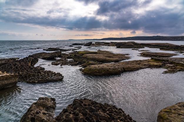 海岸の素晴らしい形の美しい岩
