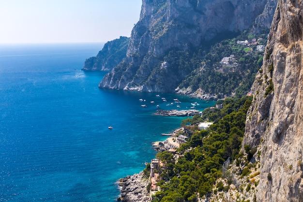 夏の晴れた日の美しい岩の多い海岸と海のボート