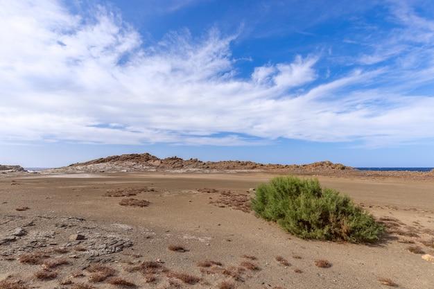 Красивое скалистое побережье под голубым небом с облаками на острове менорка, балеарские острова, испания