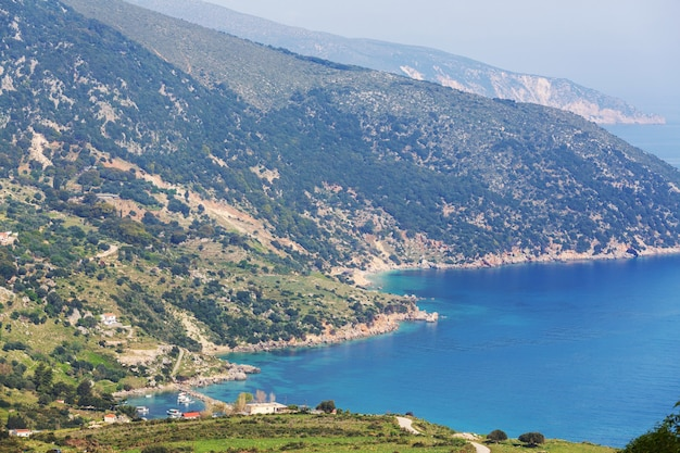 ギリシャの美しい岩の多い海岸線。海、緑の丘、美しい風景