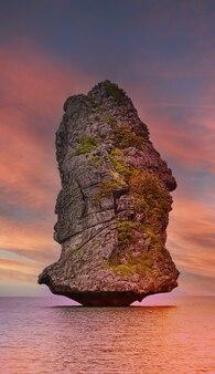 석양의 아름다운 바위 섬, 태국 앙통 국립 해양 공원