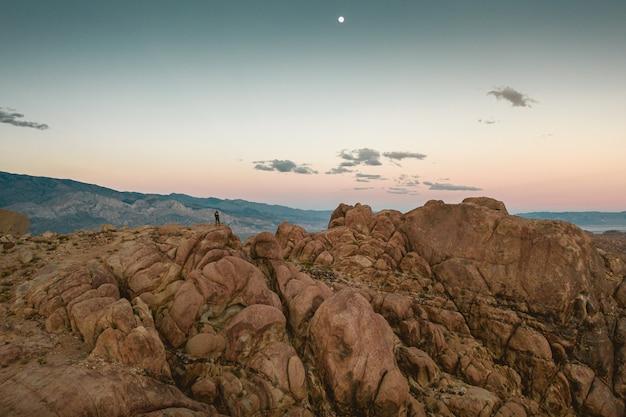 Bella montagna rocciosa con il cielo colorato
