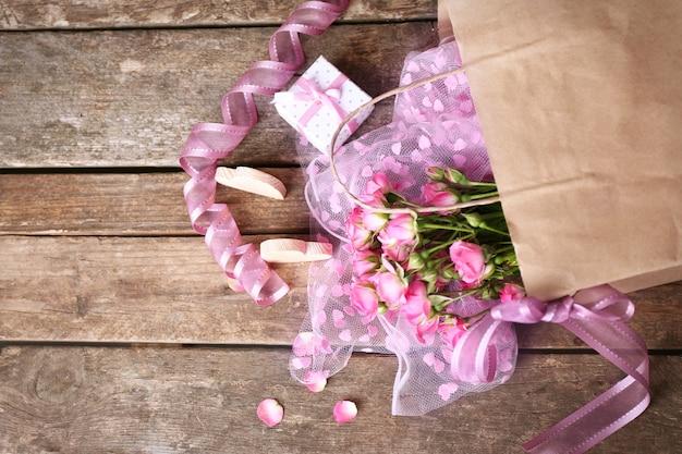 꽃과 함께 아름 다운 낭만적 인 구성입니다. 세인트 발렌타인 데이 배경