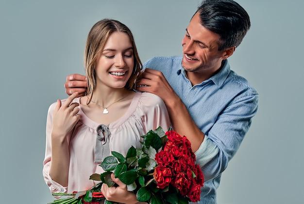 회색에 고립 된 사랑에 아름 다운 로맨틱 커플입니다.