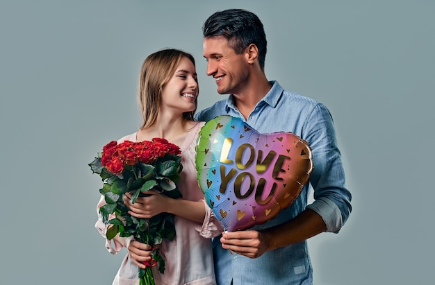회색에 고립 된 아름 다운 로맨틱 커플