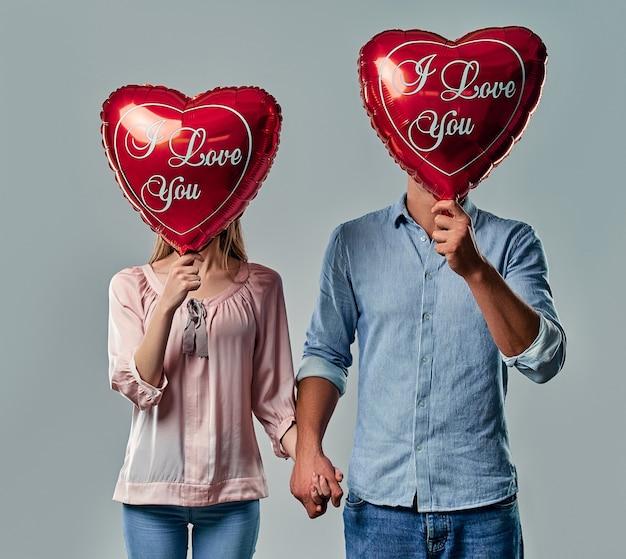 Красивая романтическая пара, изолированные на серый.