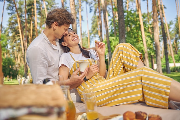 햇빛 하루에 녹색 숲에서 시간을 보내는 아름다운 로맨틱 커플