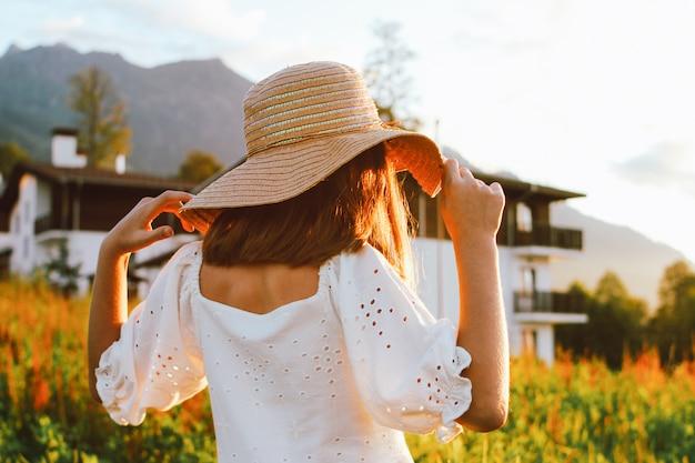 Красивая романтическая девушка в соломенной шляпе