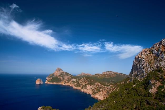Прекрасные романтические виды на море и горы. кап де форментор - побережье майорки, испания - европа.