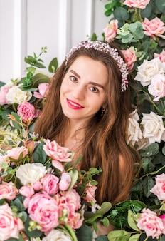 美しいロマンチックな若い女性がポーズ