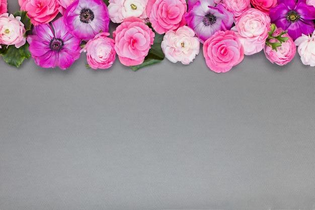 灰色の背景に美しいバラと白い花