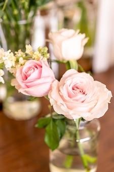 Красивый цветок розы в вазе