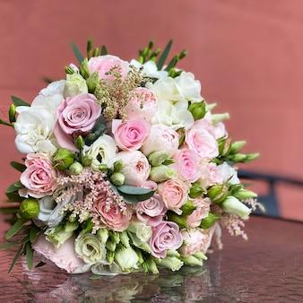 Букет красивых розовых цветов. крупным планом