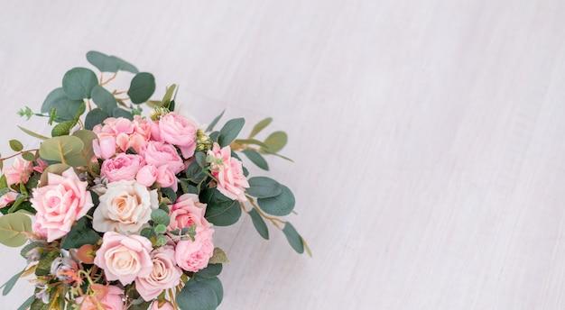 Красивые розовые цветы на светлом фоне
